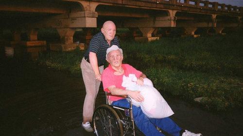 Deux agitateurs déguisés en vieillards dans Trash Humpers