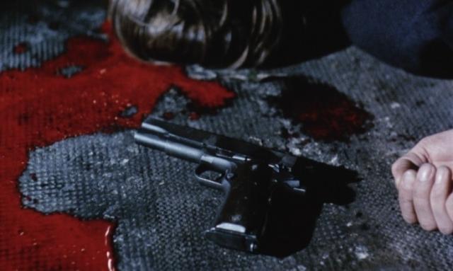 Revolver et couleur rouge sang dans quatre nuits d'un rêveur