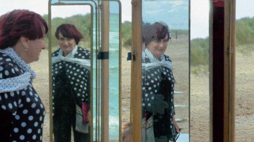 Agnès Varda et ses reflets dans le mirroir dans Les Plages d'Agnès