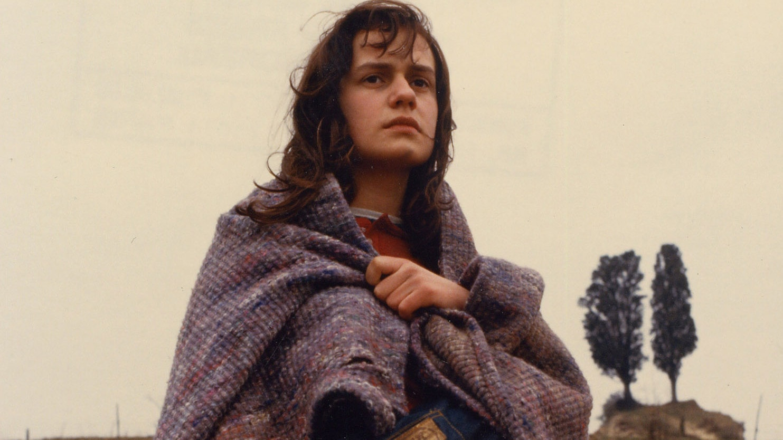 Sandrine Bonnaire errant dans la nature dans Sans toit ni loi
