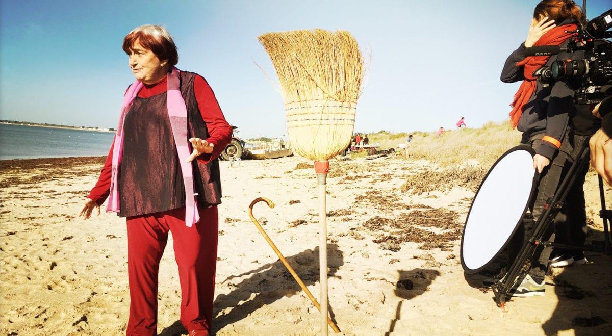 Agnès Varda et le balai dans Varda par Agnès