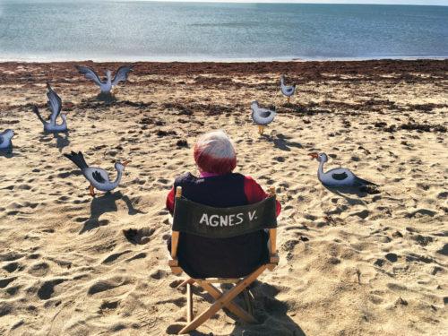 Agnès Varda sur la plage dans Varda par Agnès