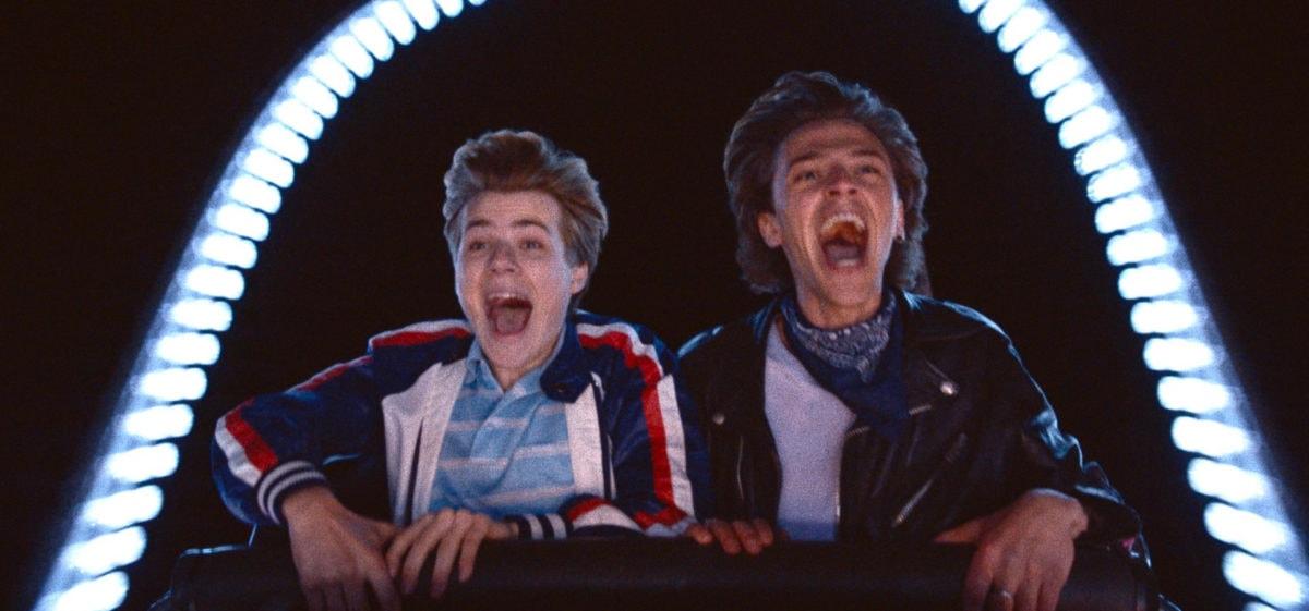 Félix Lefebvre et Benjamin Voisin au parc d'attraction dans Été 85