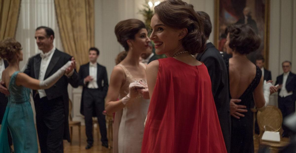 Jackie Kennedy (Nathalie Portman) dans un fête à la Maison Blanche dans « Jackie »
