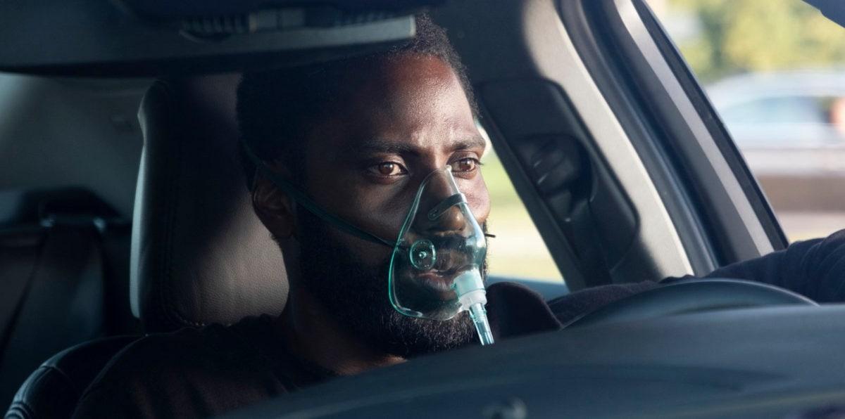 John David Washington avec un masque dans sa voiture dans Tenet