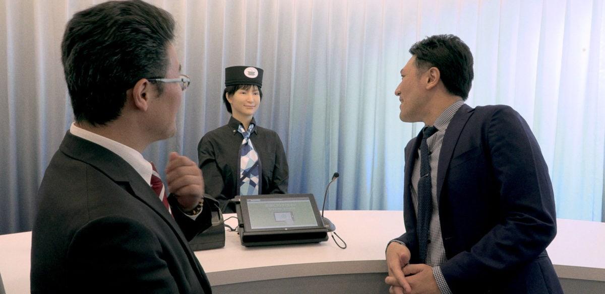 Ishii Yuichi devant un mannequin dans Family Romance LLC