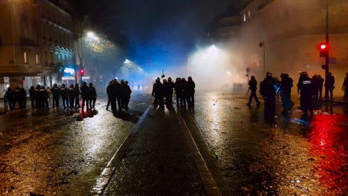 """Les policiers dans la rue face aux manifestants dans """"Un pays qui se tient sage"""""""