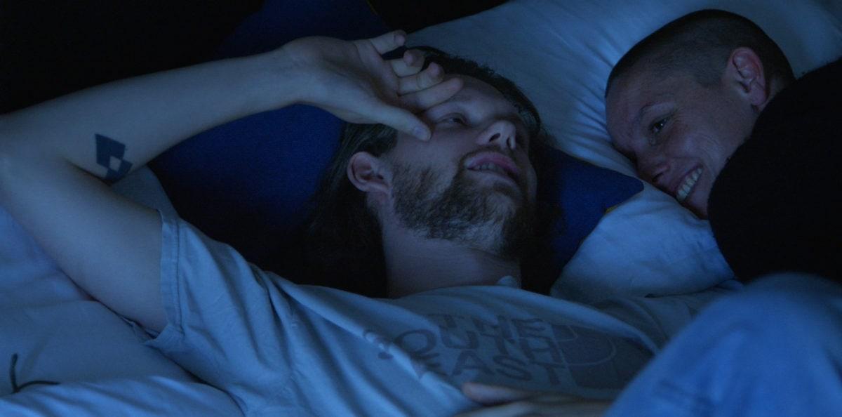 Deux acteurs et danseurs au lit dans Si c'était de l'amour