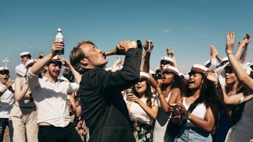 Martin (Mads Mikkelsen) boit une bouteille de Champagne dans Drunk