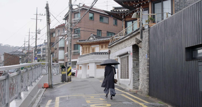 Kim Min-hee dans la rue avec son parapluie dans La Femme qui s'est enfuie