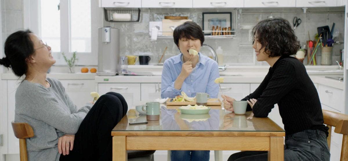 Kim Min-Hee et ses deux amies à table dans La Femme qui s'est enfuie