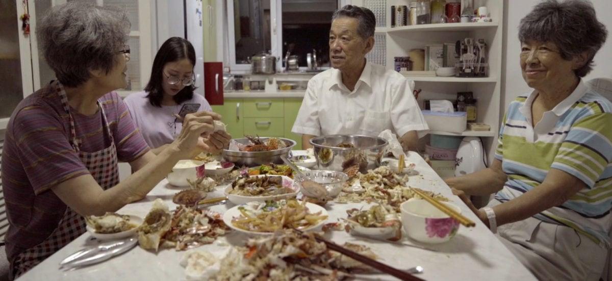 Heidi et son frère en train de manger dans Heidi en Chine