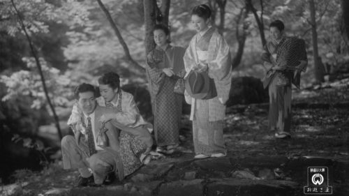 Oyu Kayukawa (Kinuyo Tanaka) dans la forêt avec ses amis dans Miss Oyu