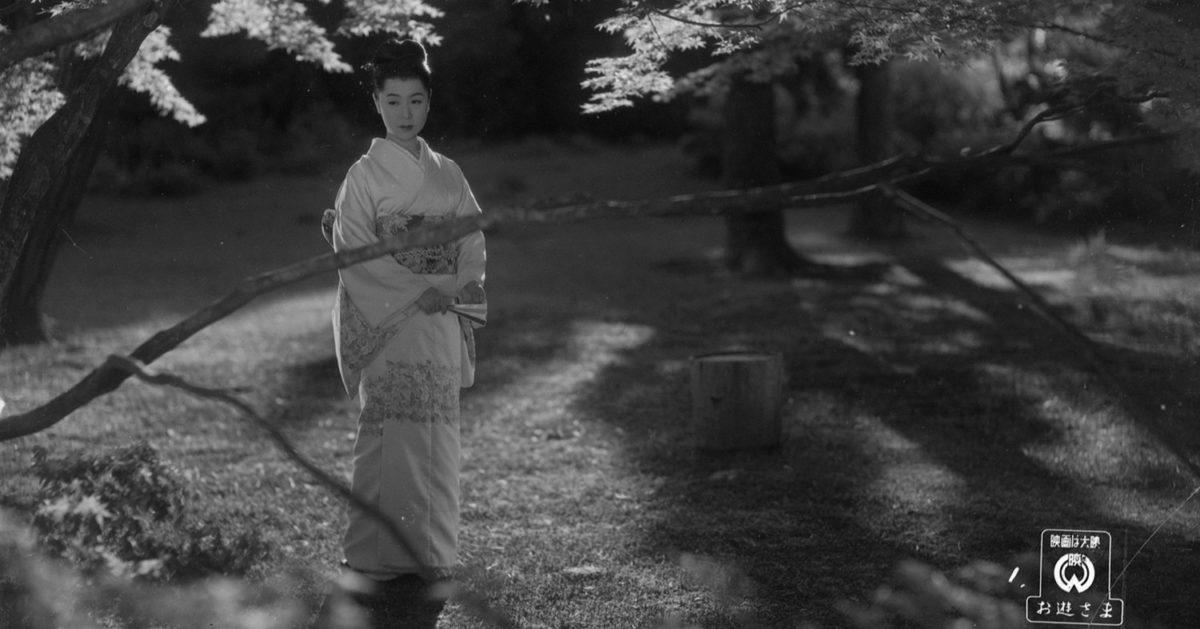 Oyu Kayukawa (Kinuyo Tanaka) dans son jardin dans Miss Oyu