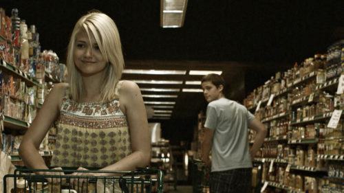 Rob (Marlon Morton) croise et regarde la fille du supermarché (Madi Ortiz) dans The Myth of the American Sleepover