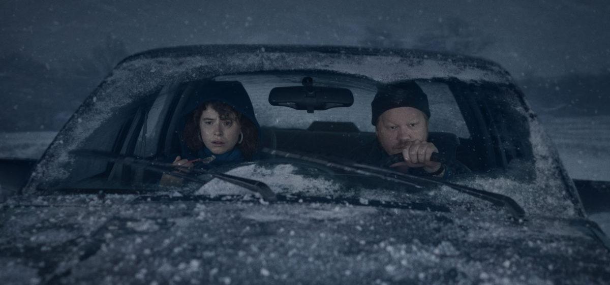 Young Woman (Jessie Buckley) et Jake (Jesse Plemons) dans la voiture sous la neige dans I'm Thinking Of Ending Things