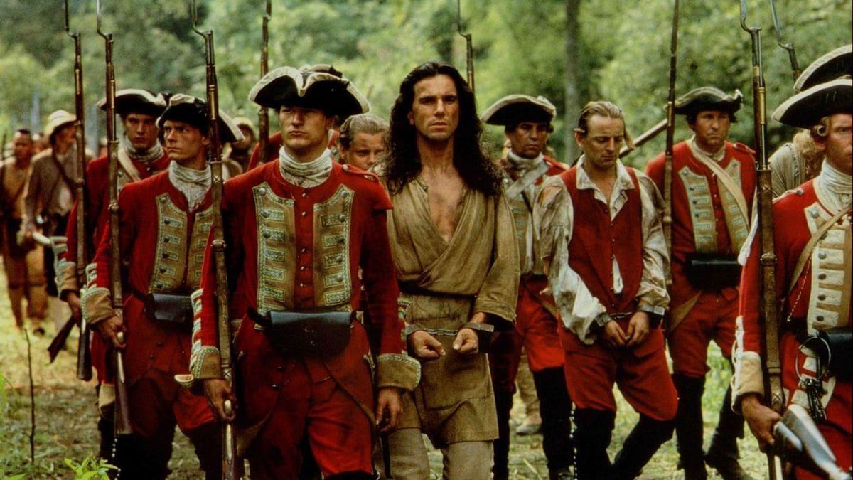 Hawkeye (Daniel Day-Lewis) entouré de soldats dans Le Dernier des Mohicans