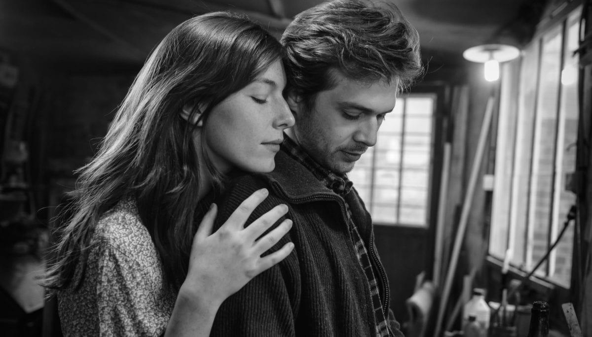 Luc (Logann Antuofermo) et Geneviève (Louise Chevillotte) l'un contre l'autre dans Le Sel des larmes