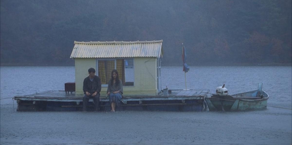 Le couple sur l'eau dans l'île