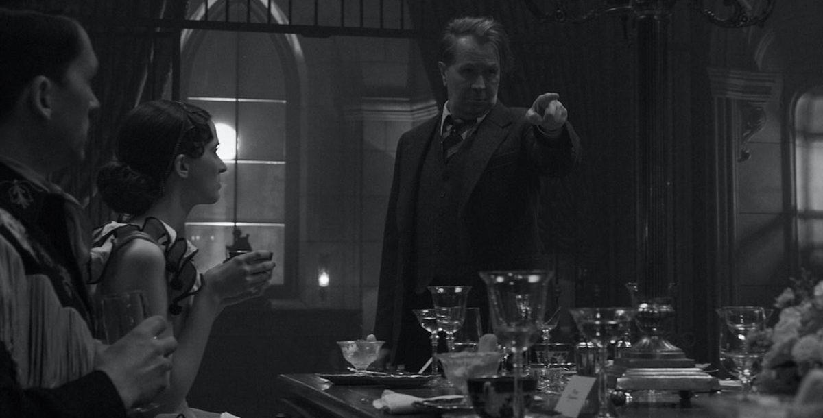 Mank (Gary Oldman) semant le trouble au dîner de Louis B. Mayer dans Mank