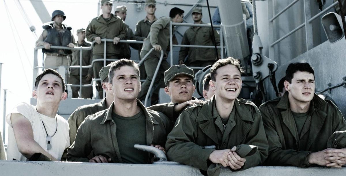 Les soldats (Ben Walker, Jamie Bell, Joseph Cross, Ryan Phillippe, Scott Eastwood) sur le pont d'un bateau de guerre dans Mémoires de nos pères