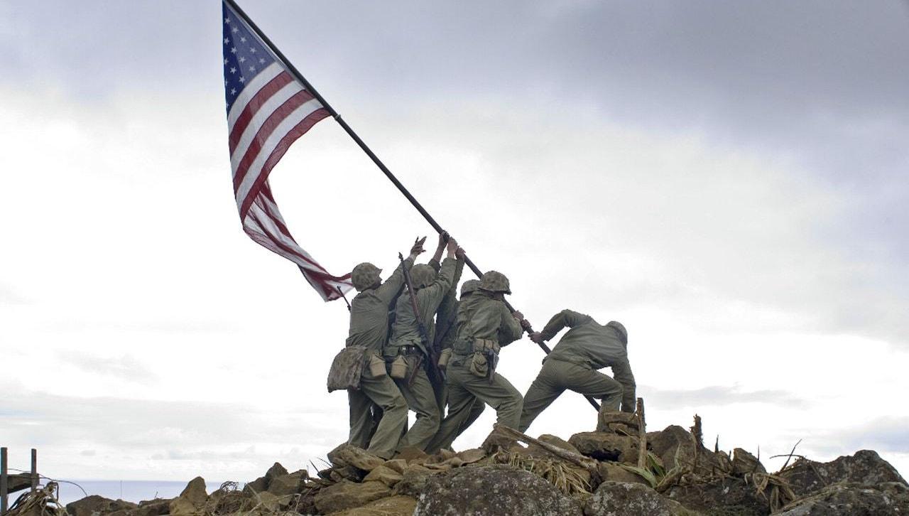 Les quatre soldats plantent le drapeau dans Mémoires de nos pères