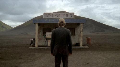 Trond Fausa Aurvåg devant une maison dans le désert dans Norway of Life
