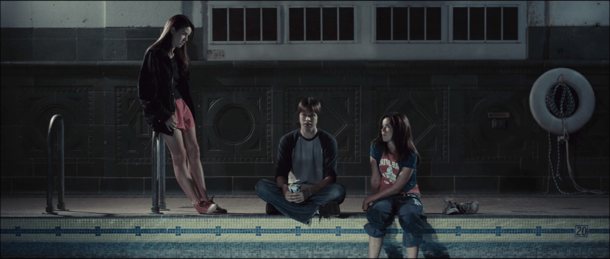 Scott Holland (Brett Jacobsen) et les deux sœurs  jumelles Ady et Anna Abbey (Jade et Nikita Ramsey) à la piscine dans The Myth of the American Sleepover