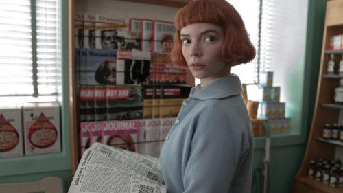 Beth Harmon (Anya Taylor-Joy) avec une revue sur les échec dans la librairie dans The Queen's Gambit (Le jeu de la Dame)