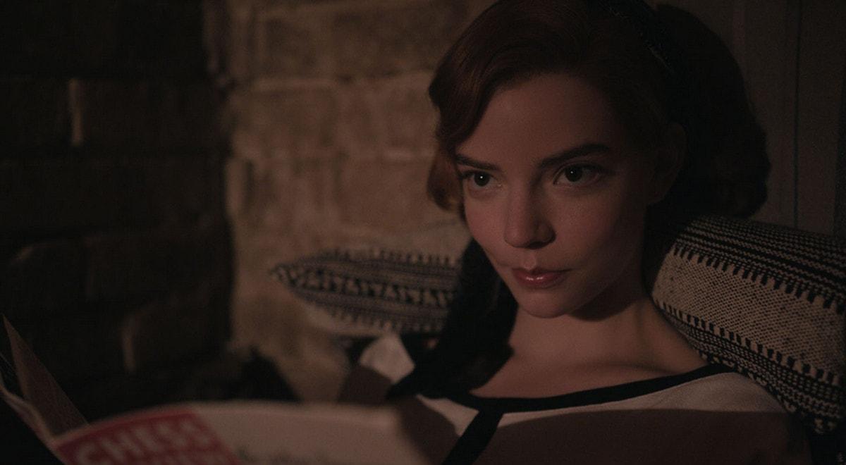 Le visage Beth Harmon (Anya Taylor-Joy) en pleine réflexion sur le jeu d'échec The Queen's Gambit (Le jeu de la Dame)