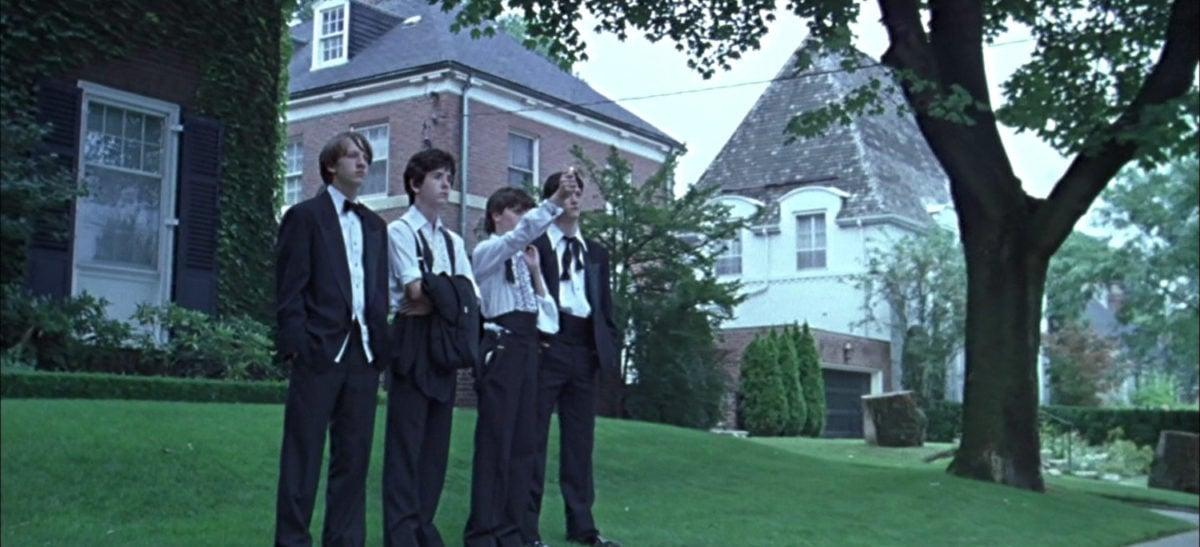Les quatre garçons de Virgin Suicides devant la maison des soeurs Lisbon