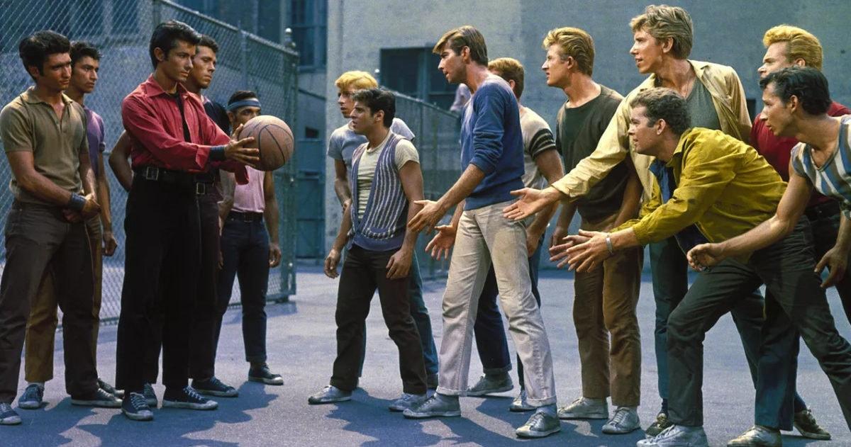 La scène de danse sur le terrain de basket dans West Side Story