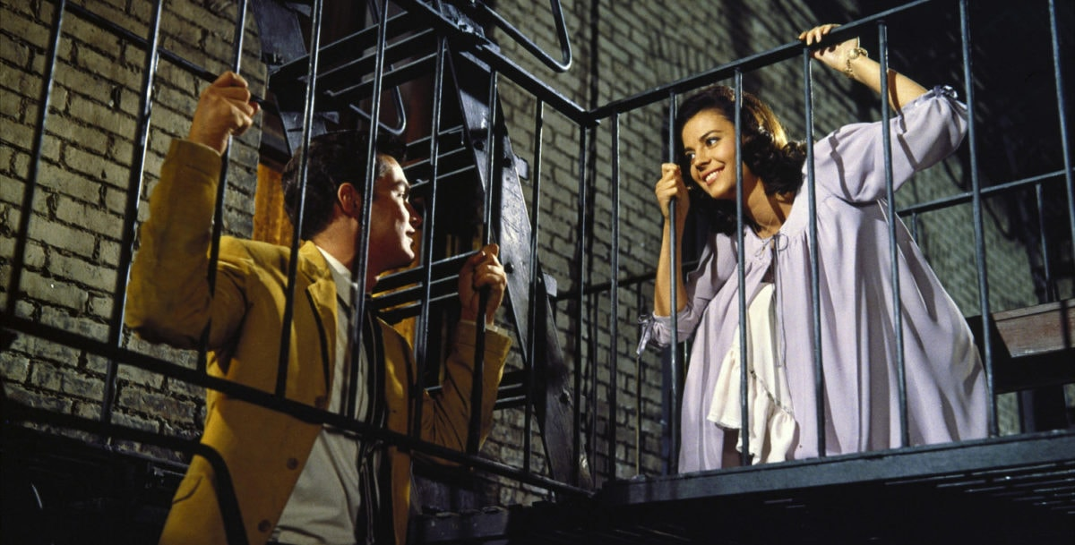 Natalie Wood et Richard Beymer dans la cage d'escalier dans West Side Story