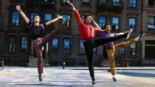 Trois danseurs dans la rue dans West Side Story