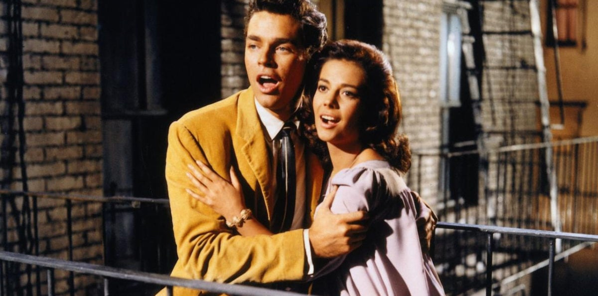 Natalie Wood et Richard Beymer chantent dans l'escalier dans West Side Story