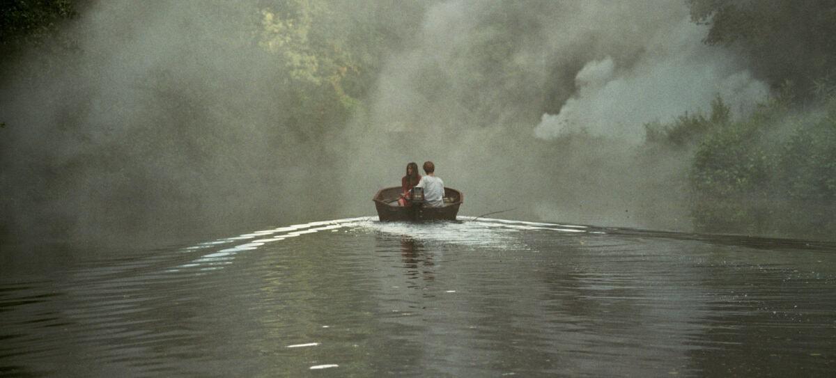 Paul (Thomas Gioria) et Gloria (Fantine Harduin)sur une barque le long de l'eau dans Adoration