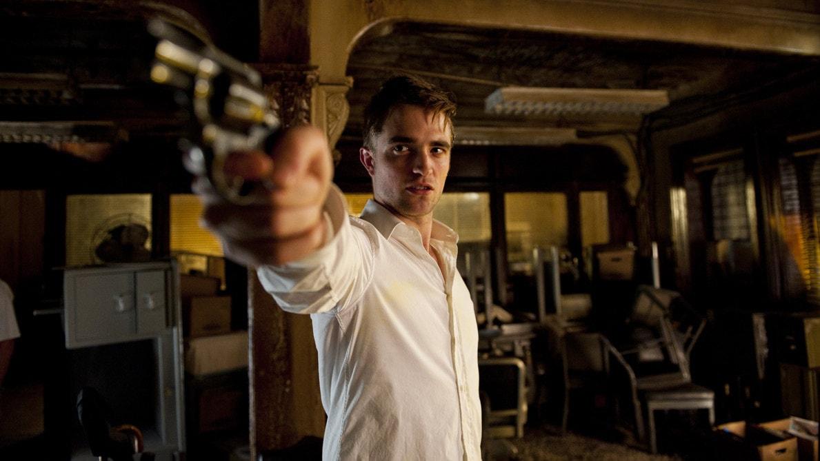 Eric Packer (Robert Pattinson) avec une arme à la main dans Cosmopolis