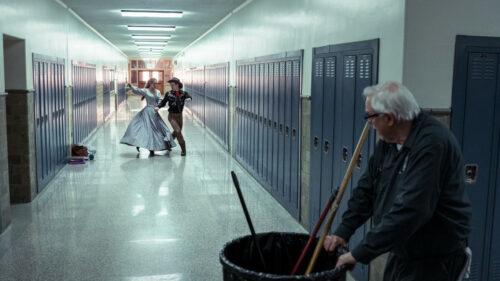 Le vieux balayeur et les projections de Jessie et Jesse dans le couloir de l'école dans Je veux juste en finir