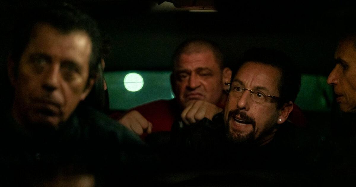 Adam Sandler avec des malfrats dans une voiture dans Uncut Gems