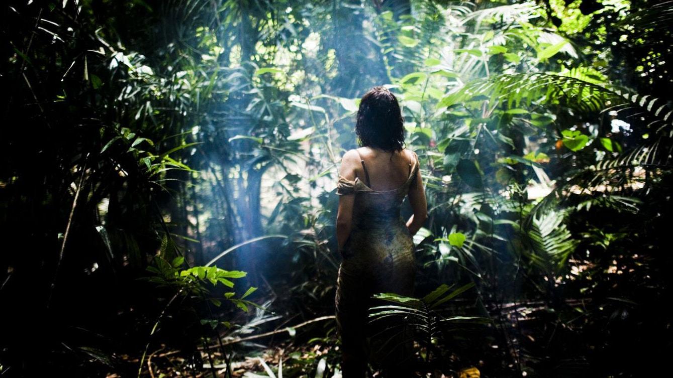 Jeanne (Emmanuelle Béart) seule dans la jungle dans Vinyan