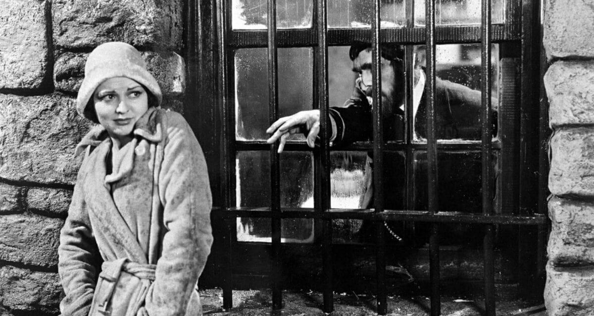 Gladys DuCane Perkins (Lillian Bond) et Morgan (Boris Karloff) esseyant de l'attraper dans La Maison de la Mort