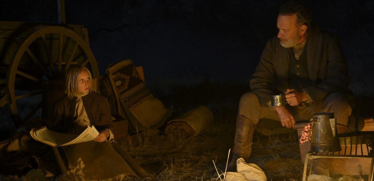 """Tom (Tom Hanks) et Cigale (Helena Zengel) évoque la """"story"""" en lisant les journaux dans La Mission"""