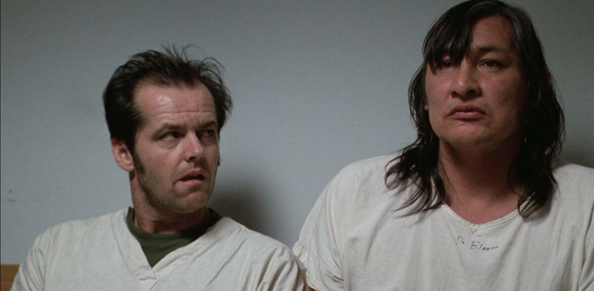Randall Patrick McMurphy (Jack Nicholson) dans les bras de « Chef » Bromden (Will Sampson) assis dans le couloir dans Vol au-dessus d'un nid de coucou