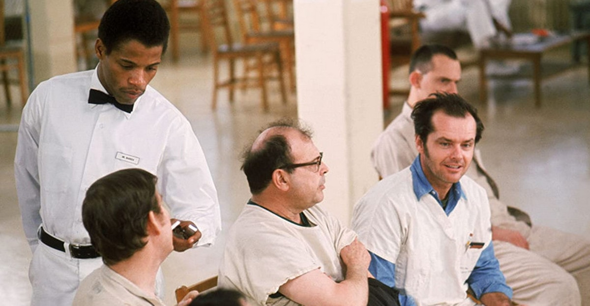 McMurphy (Jack Nicholson) avec les autres patients de l'asile durant la séance de thérapie dans Vol au-dessus d'un nid de coucou