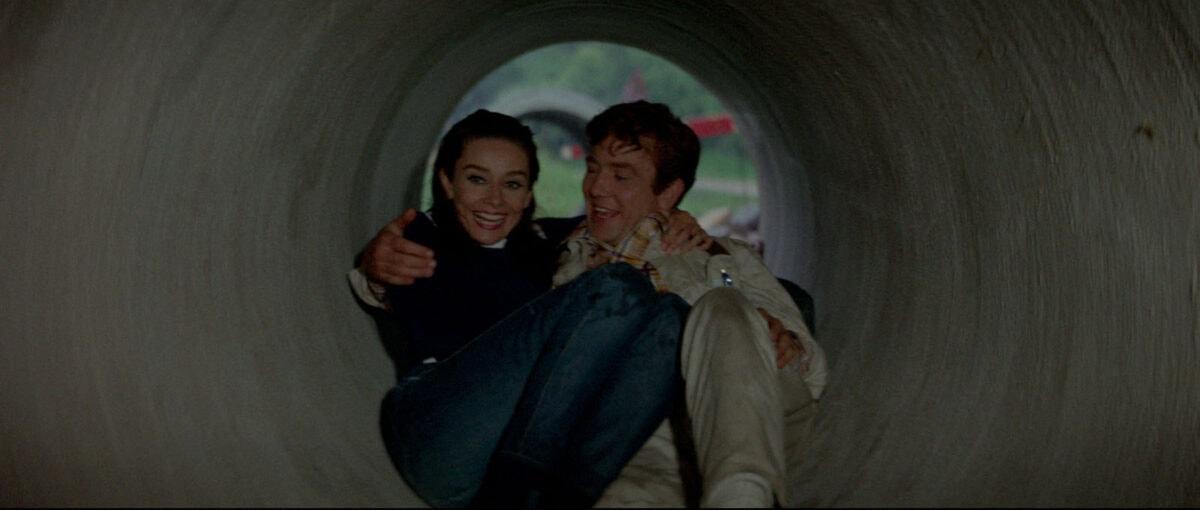 Mark (Albert Finney) et Joanna (Audrey Hepburn) s'amusent dans un tunnel dans Voyage à Deux