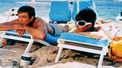 Mark (Albert Finney) et Joanna (Audrey Hepburn) sur leur transat à la plage dans Voyage à Deux