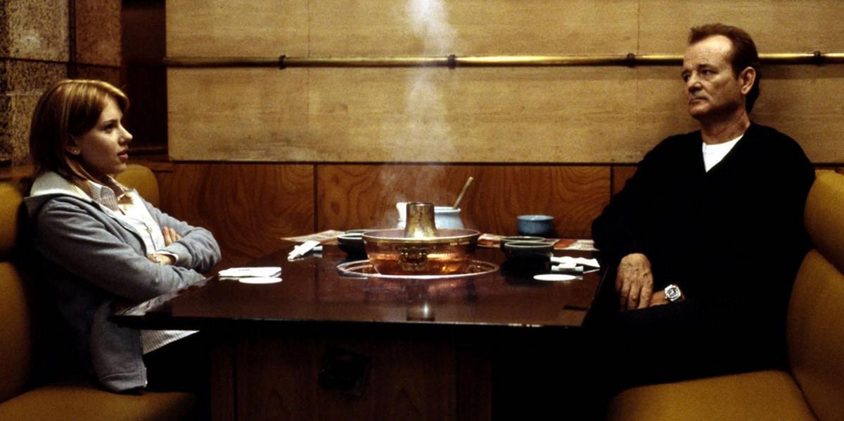 Charlotte (Scarlett Johansson) et Bob (Bill Murray) dans un restaurant de Tokyo dans Lost in Translation