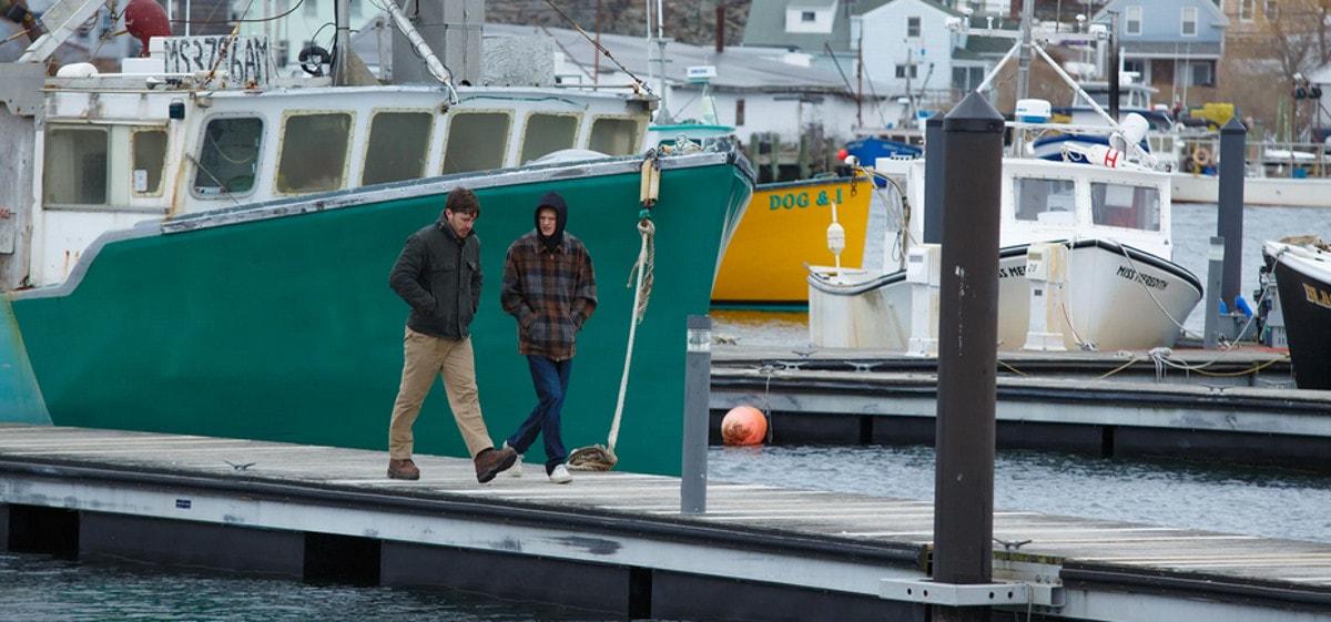 Casey Affleck et Lucas Hedges marchent sur le port dans Manchester by the sea