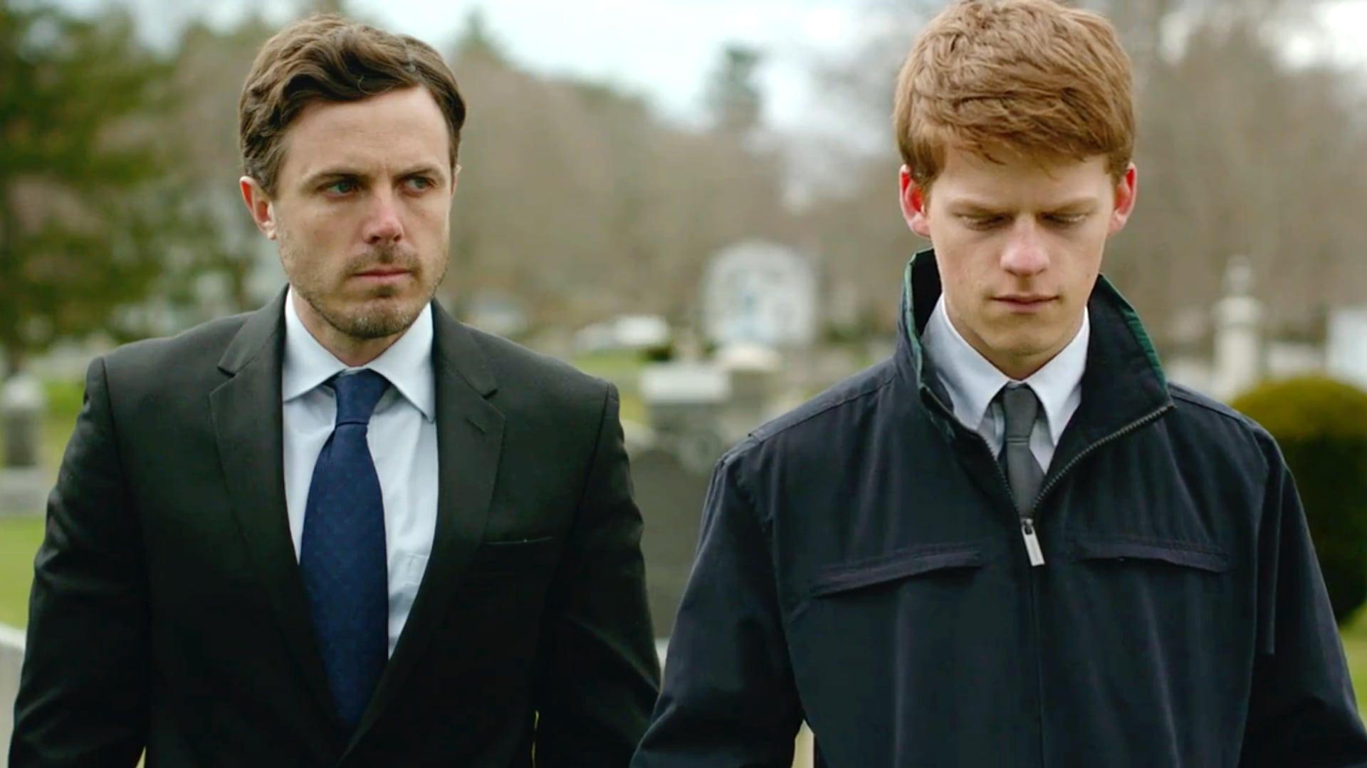 Casey Affleck et Lucas Hedges durant l'enterrement dans Manchester by the sea