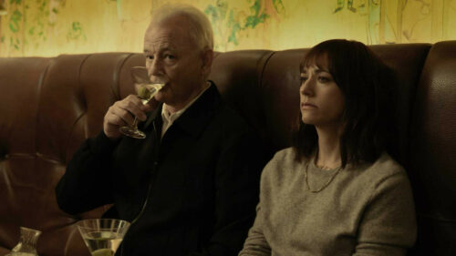 Bill Murray et Rashida Jones boivent un cocktail dans On The Rocks